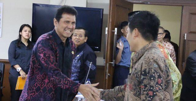 Menteri PANRB Asman Abnur menyalami anggota DPD sebelum berlangsung Raker, Kamis (20/10)