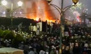 Situasi Saat Dua Unit Mobil Polisi Dibakar Para Pendemo