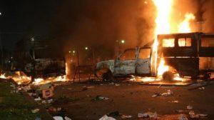 Dua Unit Mobil Polisi Di Bakar Pendemo