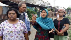 Sumiana (kerudung biru), warga bantaran rel meminta Wali Kota Medan, T Dzulmi Eldin menepati janjinya saat kampanye. Ketika kampanye, Eldin berjanji akan melindungi warga bantaran rel dari penggusuran, Rabu (23/11/2016)