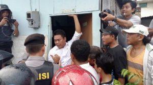Sekretaris Komisi C DPRD Sumut, Sutrisno Pangaribuan (kemeja putih) mengadang petugas PT KAI menggusur rumah di bantaran rel Glugur, Medan Barat. Sutrisno mengaku sudah berkordinasi dengan Kepala Staf Kepresidenan untuk menunda penertiban, Rabu (23/11/2016)